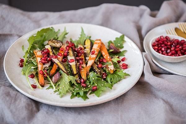 Möhren-Granatapfelkern-Salat mit Tahini-Dressing