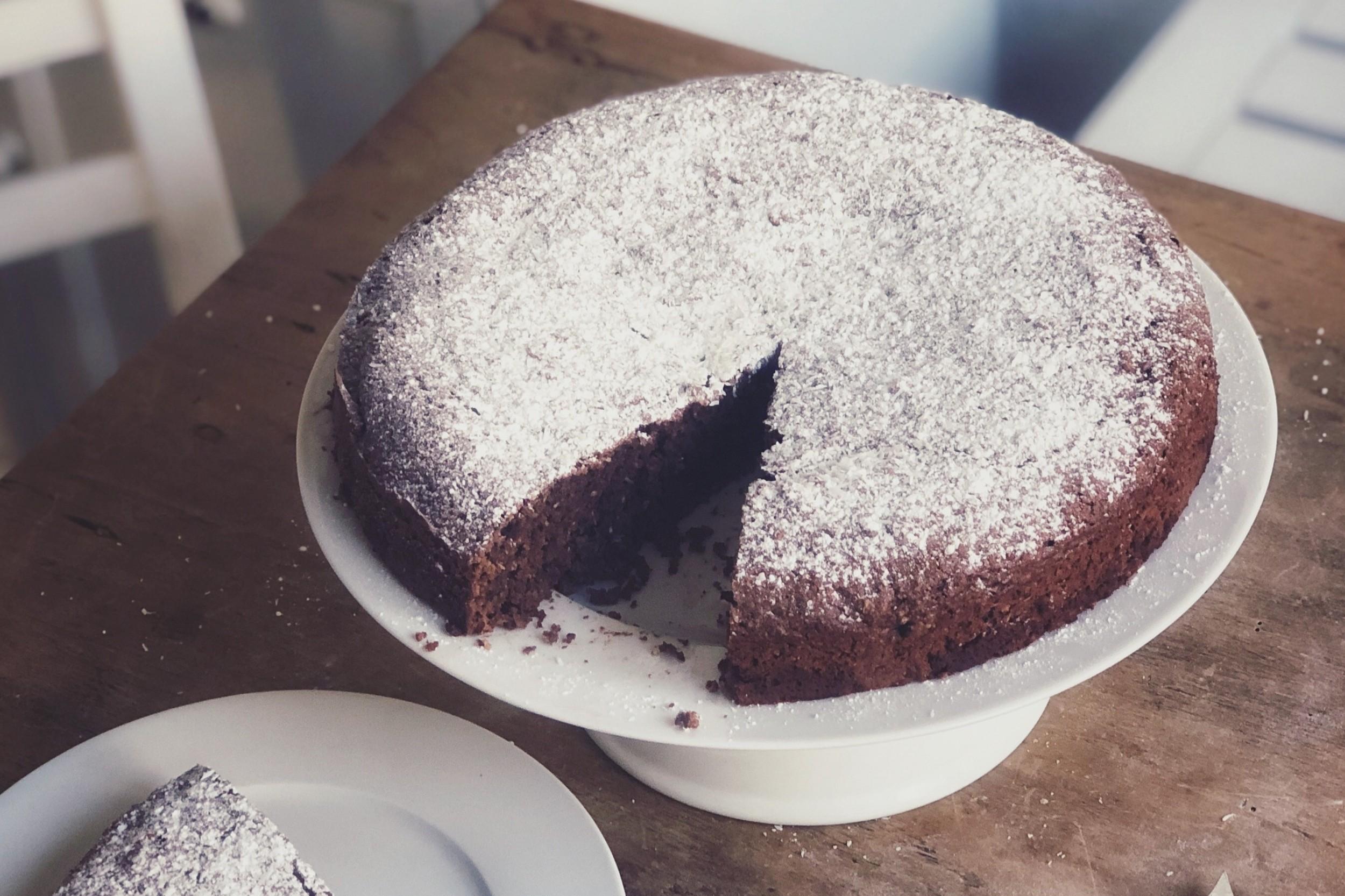 Veganer Schoko-Kokos-Kuchen mit Mandeln und Zimt