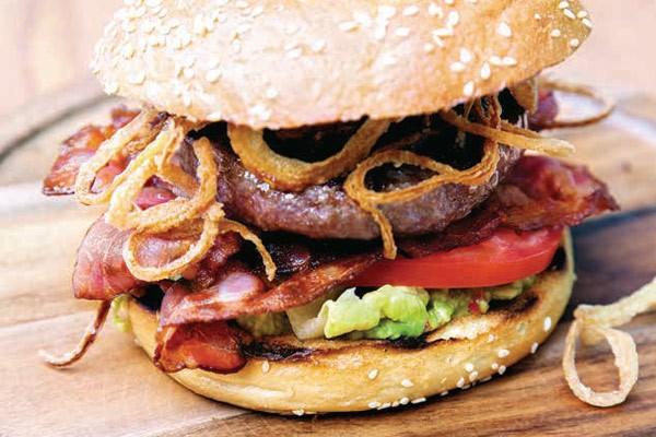 American Range Burger mit Guacamole und BBQ-Soße