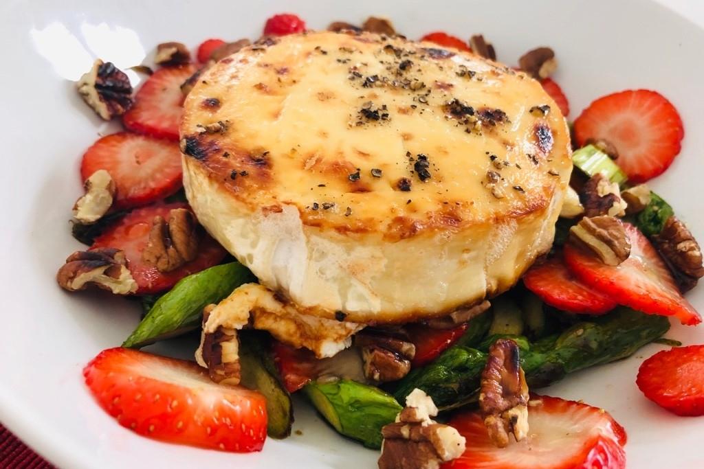 Lauwarmer Spargel-Erdbeer-Salat mit Ziegenkäse