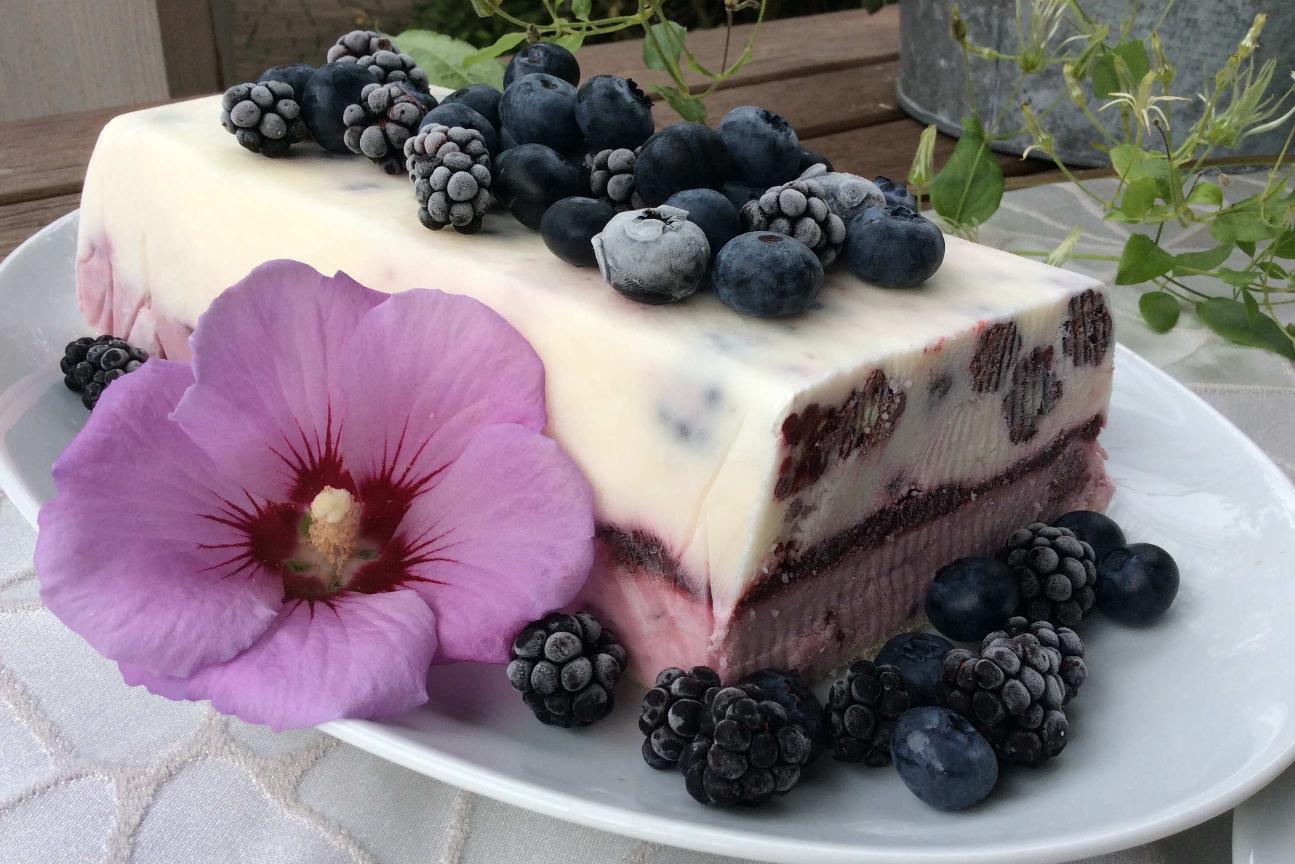 Semifreddo Joghurt küsst Brombeere