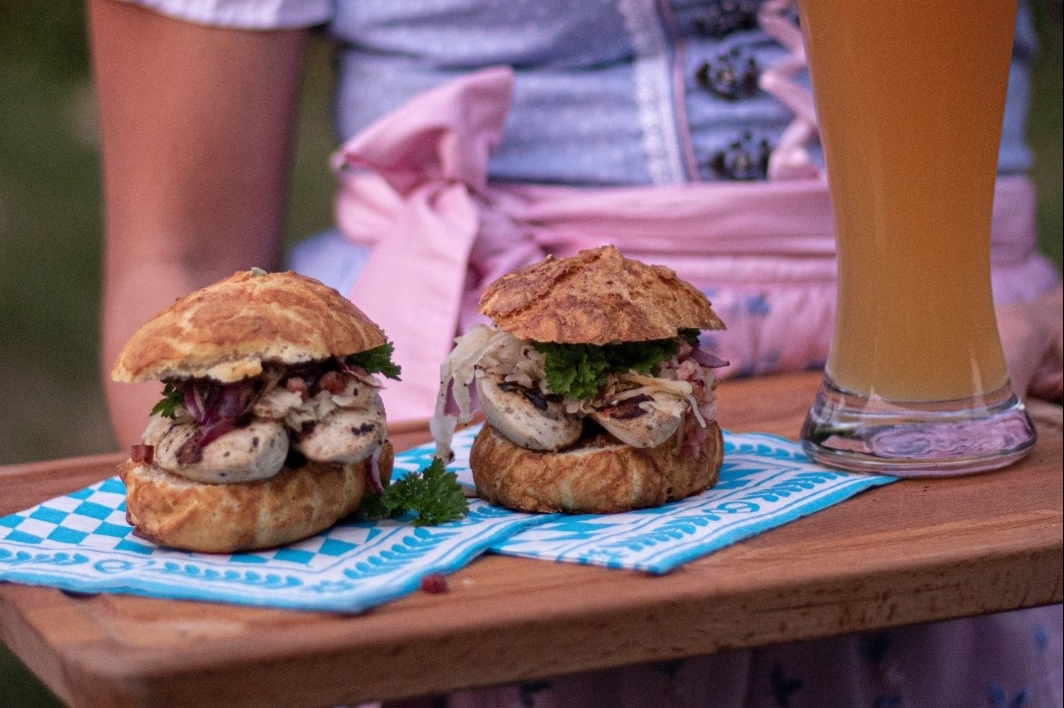 Bayerischer Oktoberfestburger mit gegrillter Weißwurst
